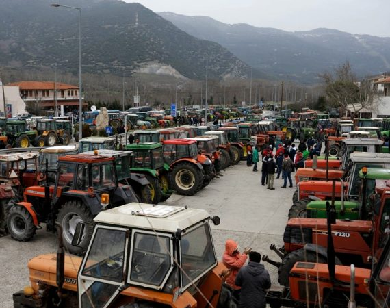 Farmers roadblock Greece over taxes 9