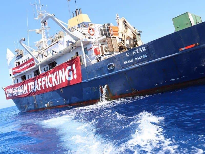Greeks protest against ship that 'saves' and deports refugees 9