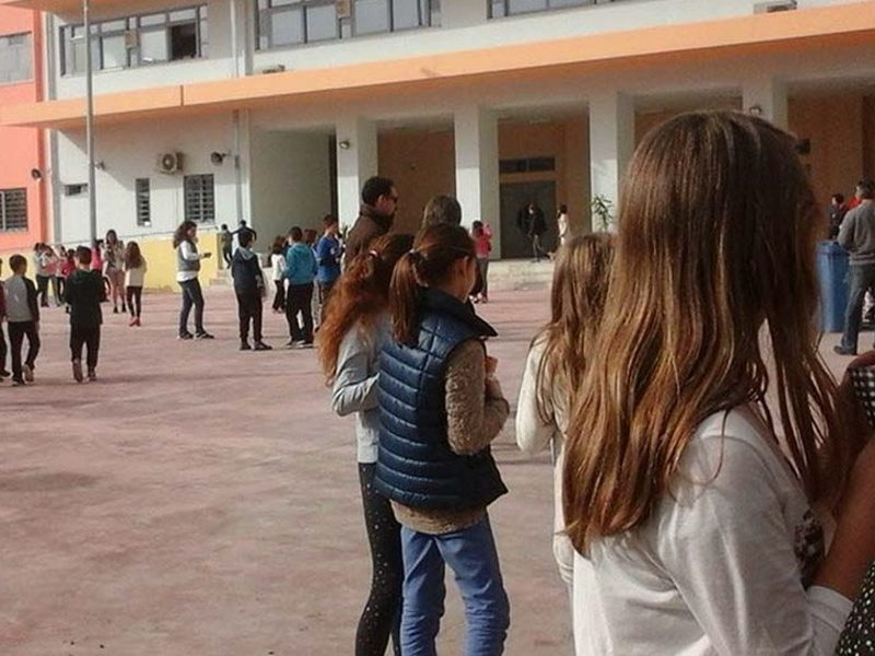 Mobile phones banned at schools in Greece 1