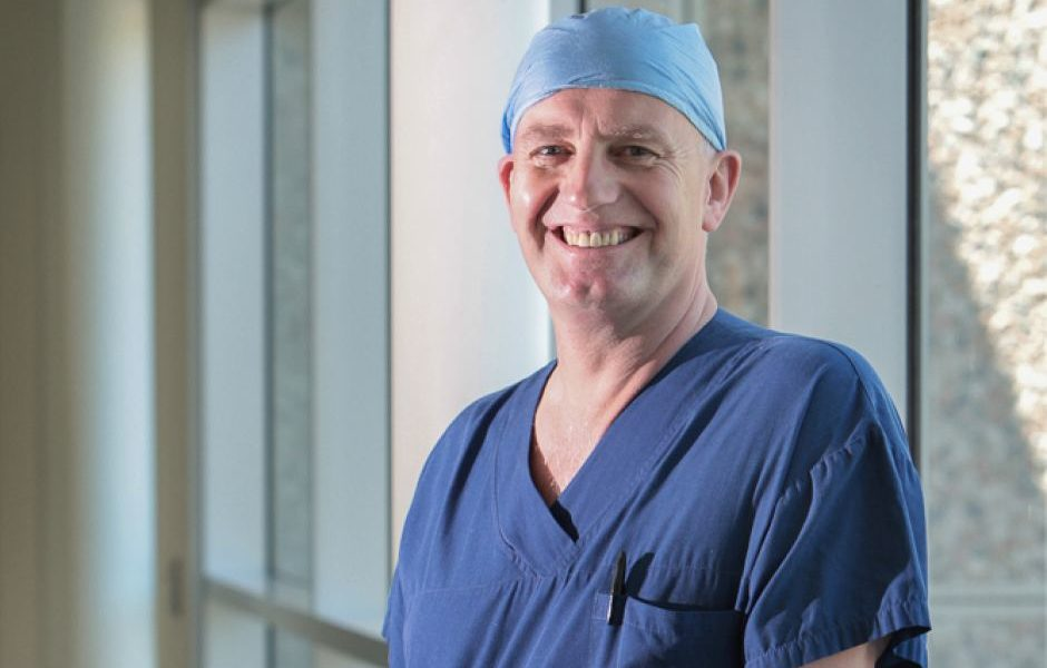 World-renowned PlasticSurgeon from Australia is going to Greece to help burn victims 1