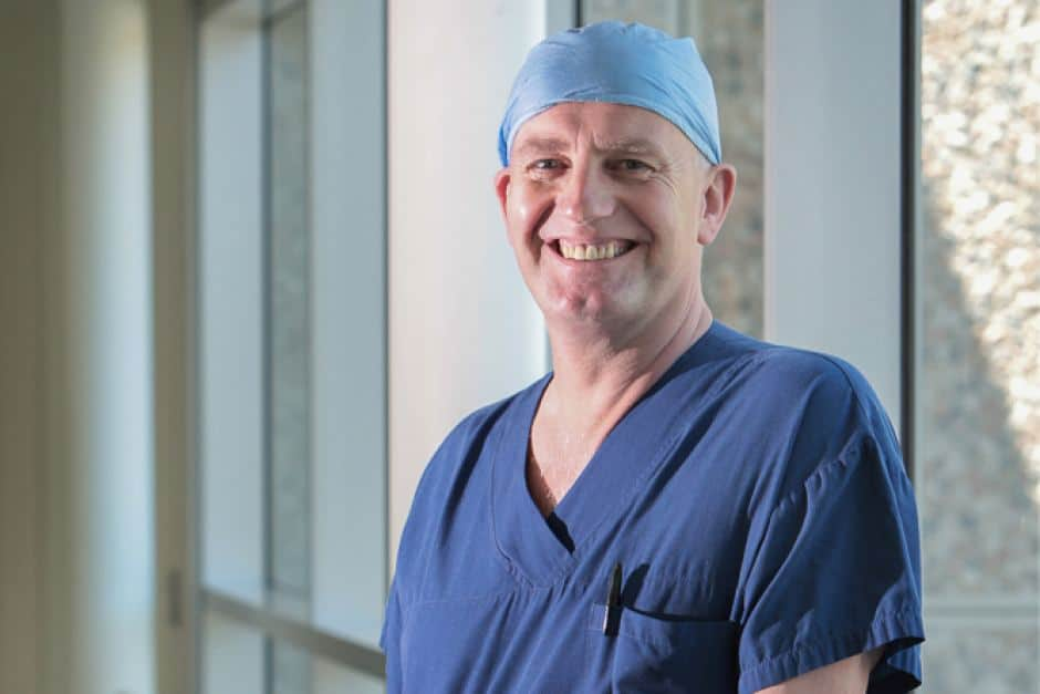 World-renowned PlasticSurgeon from Australia is going to Greece to help burn victims 3