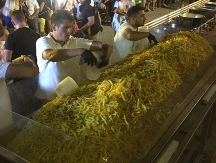 Naxos breaks Guinness World Records by cooking 625 kilos of Tiganites Patates 6