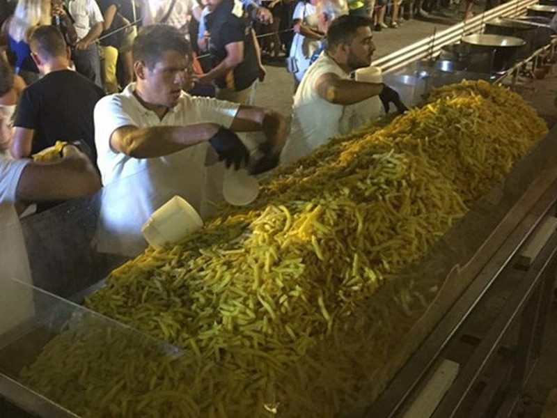 Naxos breaks Guinness World Records by cooking 625 kilos of Tiganites Patates 1