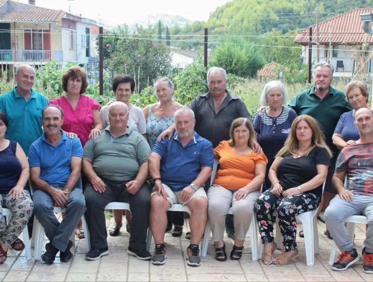 Fifteen Greek siblings reunited at their 'Patriko' after 40 years 8