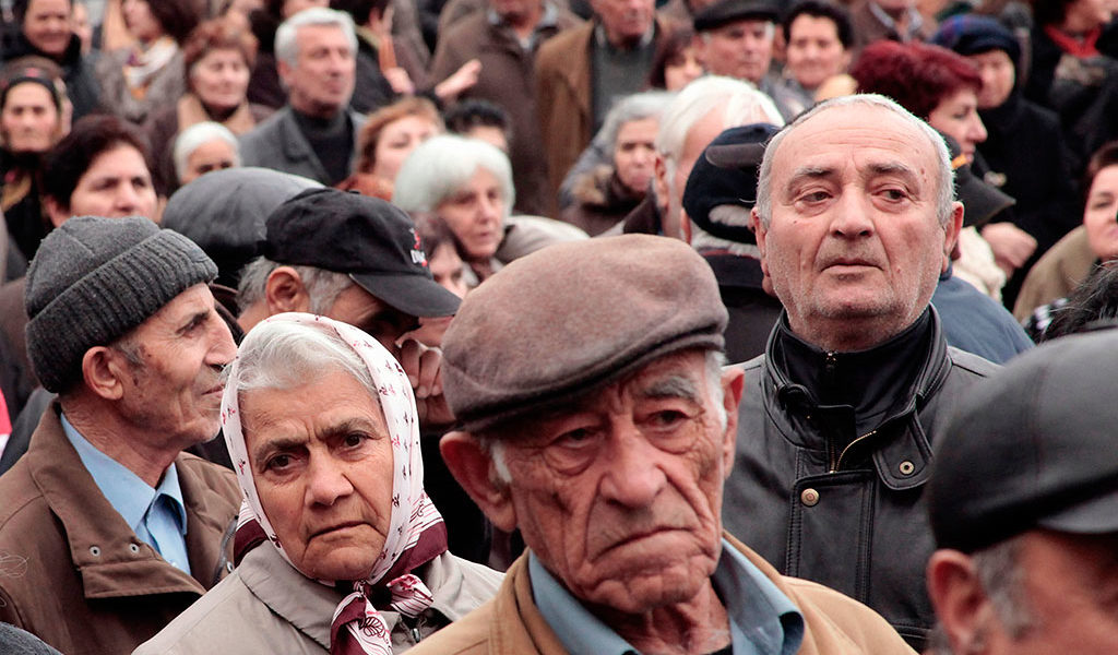 Greek government tries hard to avoid pension cuts 1