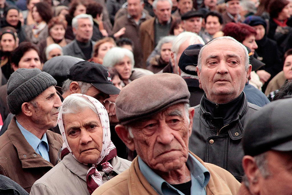 Greek government tries hard to avoid pension cuts 3