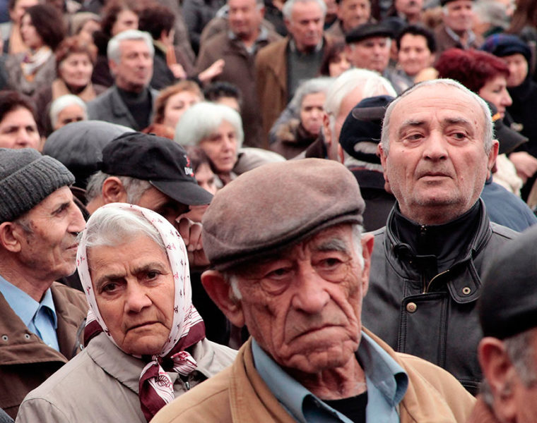 Greek government tries hard to avoid pension cuts 5
