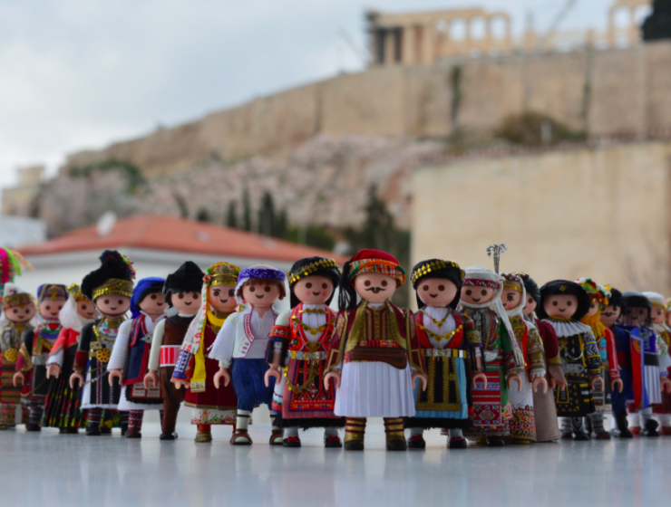 Playmogreek, little figurines dressed in traditional Greek national costumes 1