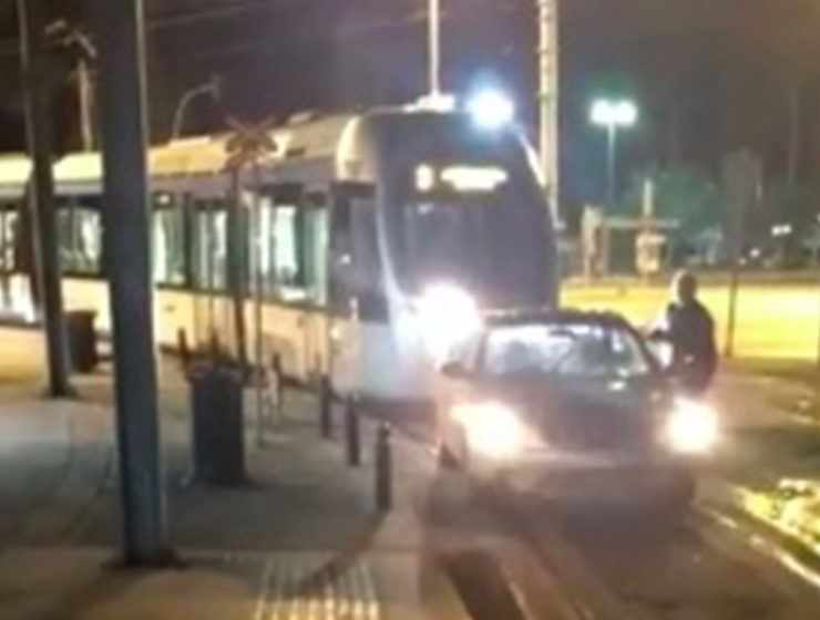 Driver parks car on Glyfada tram line to take money out of ATM (VIDEO) 14
