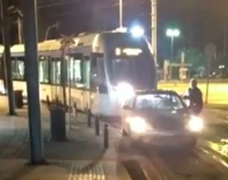 Driver parks car on Glyfada tram line to take money out of ATM (VIDEO) 44