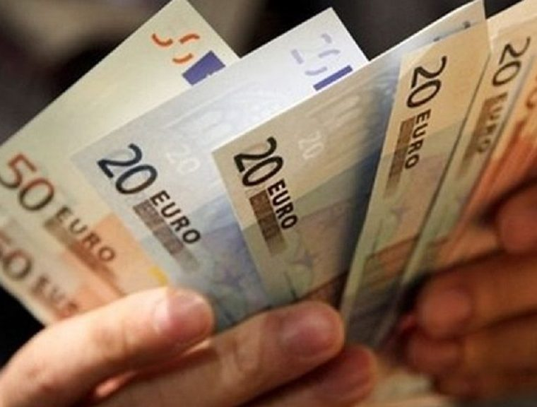 Tsipras government increases minimum wage by 11%   27