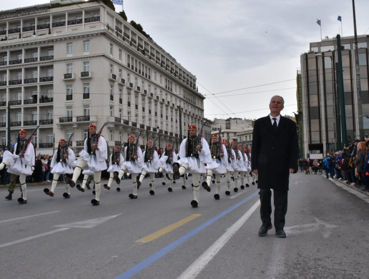 Evzones' march in honour of Presidential Guard who passed away, with his father by their side 7