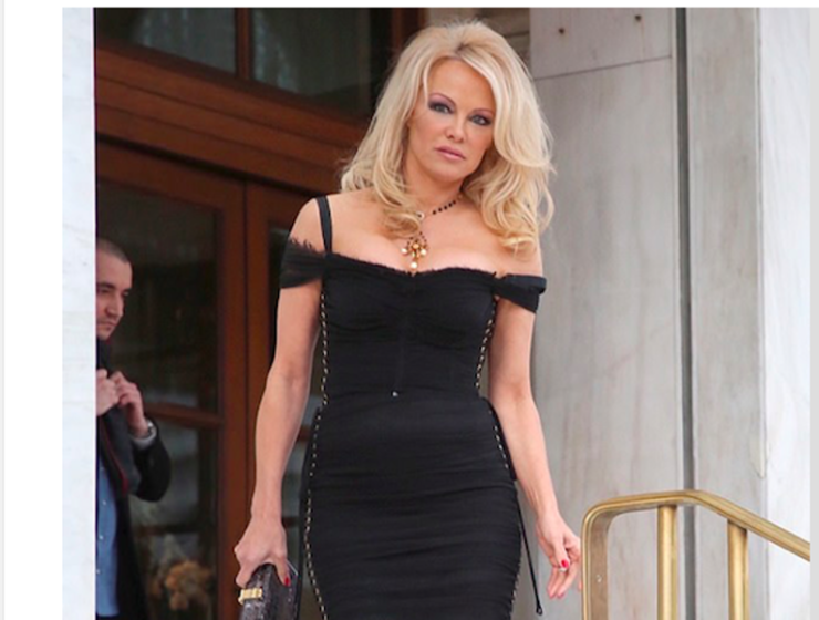 Former Baywatch Babe Pamela Anderson arrives in Greece for new TV Show 5