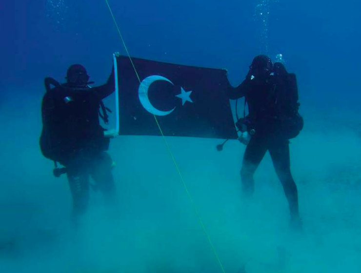 "Turkish Navy divers take ""provocative"" photo holding Turkish flag at Souda Bay in Crete 1"