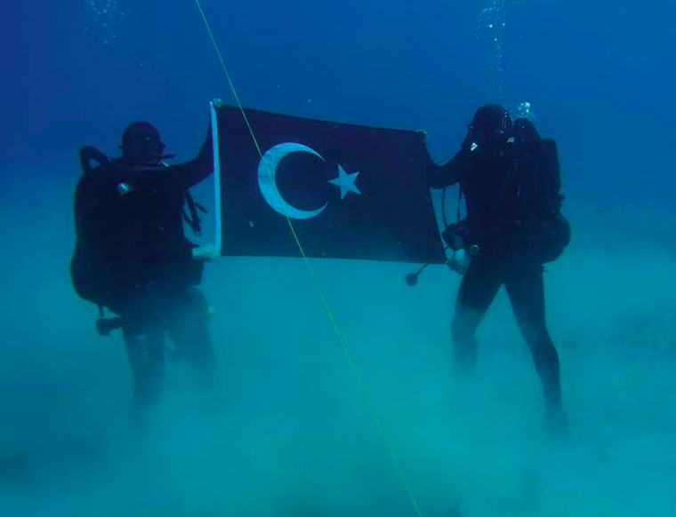 """Turkish Navy divers take """"provocative"""" photo holding Turkish flag at Souda Bay in Crete 5"""