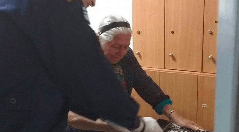 90-year-old Yiayia in Thessaloniki arrested for selling knitted slippers without a license 2