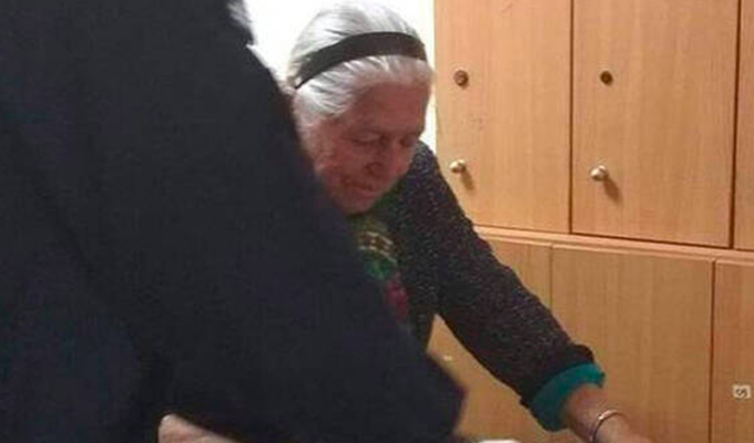 90-year-old Yiayia in Thessaloniki arrested for selling knitted slippers without a license 5