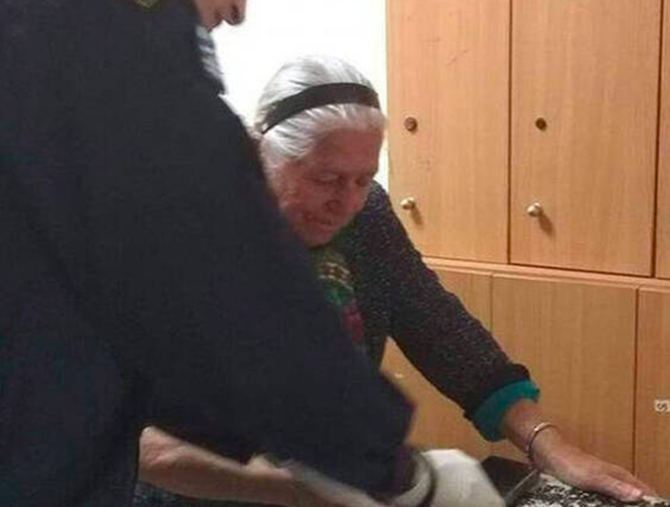 90-year-old Yiayia in Thessaloniki arrested for selling knitted slippers without a license 28