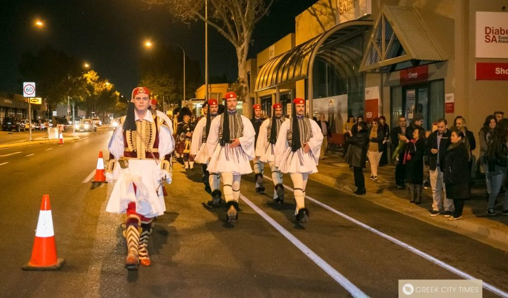Greece's Presidential Guard paying their respects to the ANZACS during Dawn Service in Adelaide (VIDEO) 1