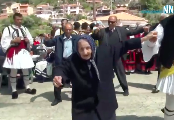 100-year-old Leventissa Yiayia steals hearts as she dances an amazing Tsamiko in Nafpaktos (VIDEO) 4