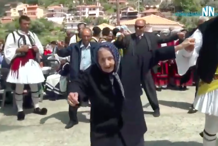 100-year-old Leventissa Yiayia steals hearts as she dances an amazing Tsamiko in Nafpaktos (VIDEO) 15
