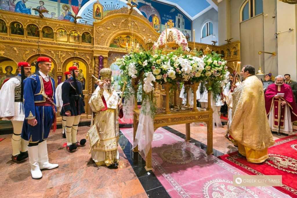 Greece's Presidential Guard stand guardnext to the Epitaph during Holy Friday evening Church servicein Adelaide (VIDEO) 3