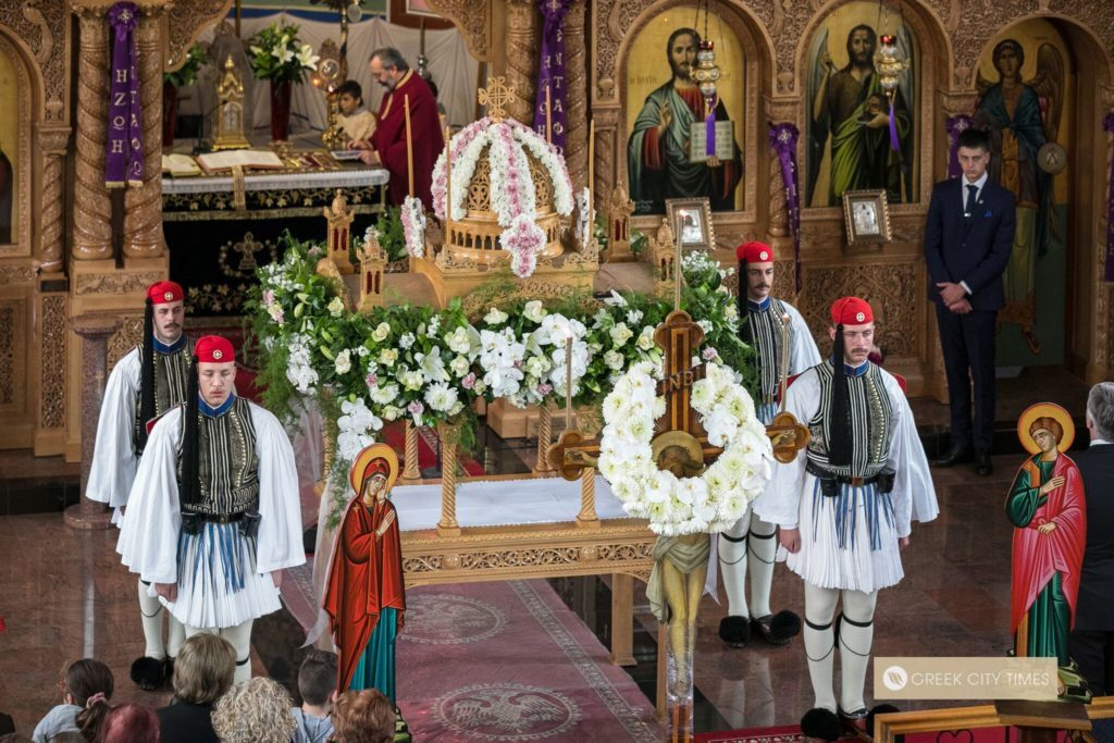 Greece's Presidential Guard stand guardnext to the Epitaph during the afternoon Vespers servicein Adelaide (VIDEO) 2