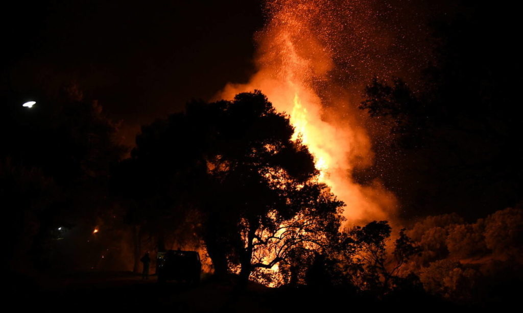 Large fires break out in Corinth and Evia 2