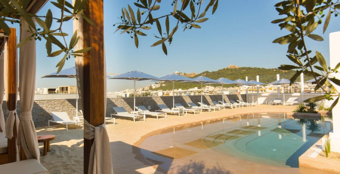 Secret 'rooftop beach' opens in the heart of Athens 24