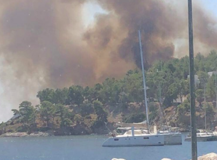Fire on Leros island traps swimmers on the beach 7