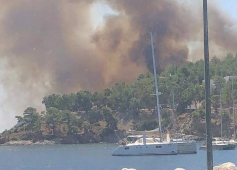 Fire on Leros island traps swimmers on the beach 31