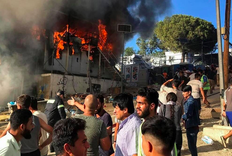 Protesting migrants set deadly fire to Moria camp in Lesvos (PICS) 16