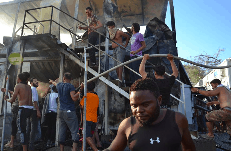 Protesting migrants set deadly fire to Moria camp in Lesvos (PICS) 8