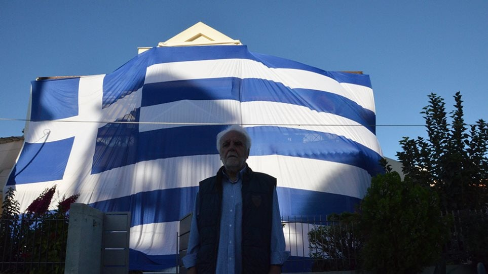 Deputy Mayor proudly drapes entire home with giant Greek flag to celebrate 'Oxi Day' 4