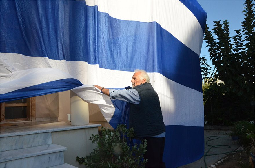 Deputy Mayor proudly drapes entire home with giant Greek flag to celebrate 'Oxi Day' 5