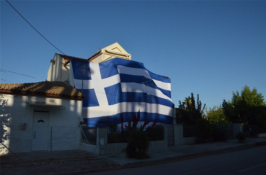 Deputy Mayor proudly drapes entire home with giant Greek flag to celebrate 'Oxi Day' 6