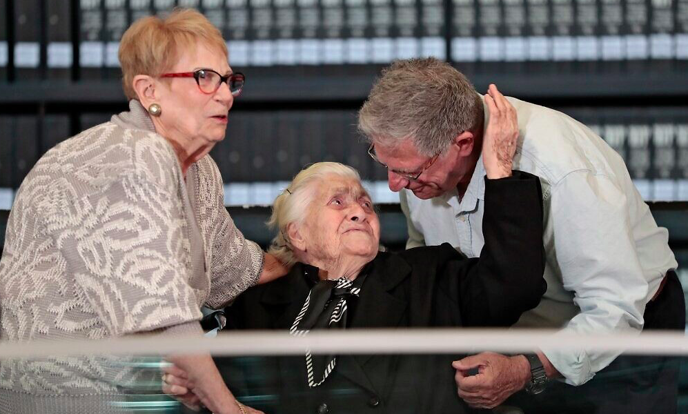 92-year-old Greek lady who protected Jewish family from Nazis reunites with survivors 1
