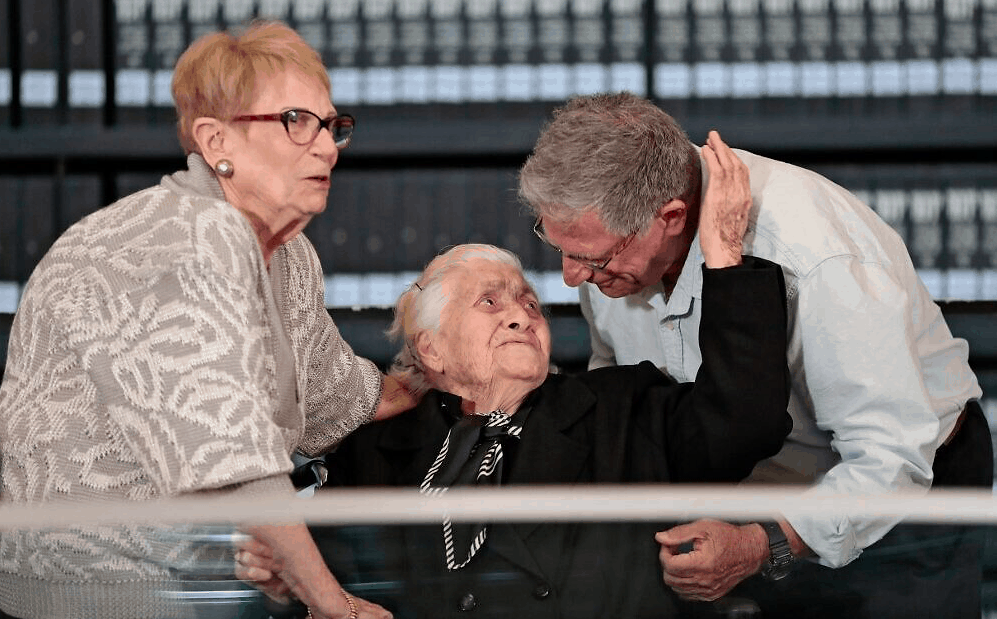92-year-old Greek lady who protected Jewish family from Nazis reunites with survivors 3