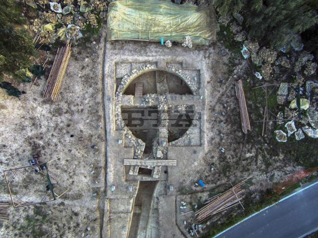 ROYAL TOMBS DISCOVERED IN PYLOS