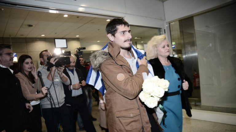 Young Greek sailor kidnapped by pirates in Togo for 40 days, arrives back in Greece (VIDEO)