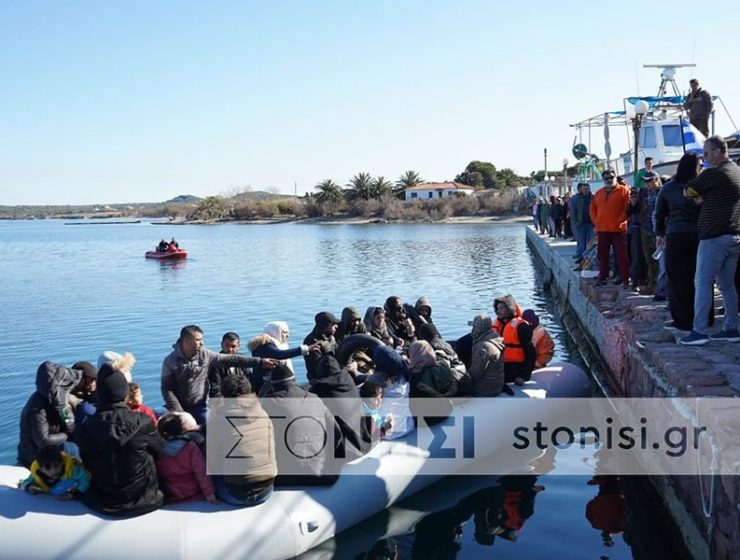 Locals in Lesvos don't allow boat of migrants to disembark 12