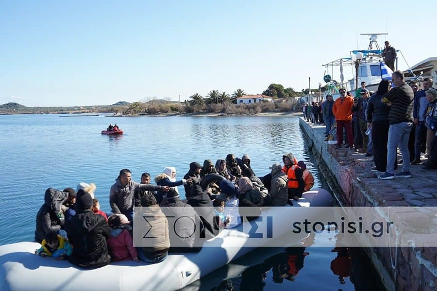 Locals in Lesvos don't allow boat of migrants to disembark 2