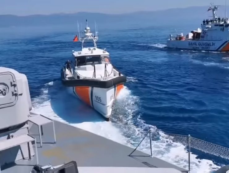 Turkish ships transporting illegal immigrants to Lesvos blocked by Greek border protectors (VIDEO) 24