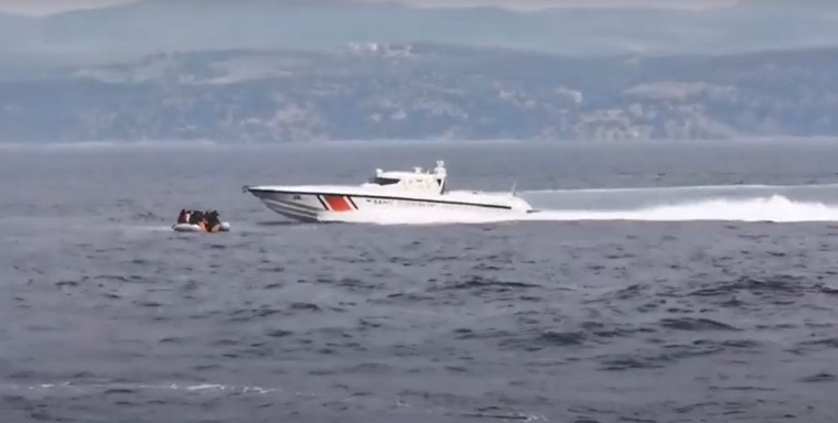 Turkish Coast Guard caught pushing boat of illegal immigrants into Greek territorial waters (VIDEO) 1