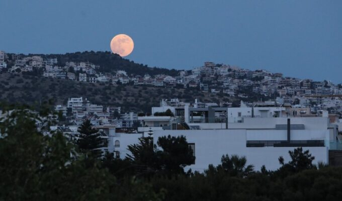 """See images of the impressive """"Strawberry Moon"""" in Greece 1"""