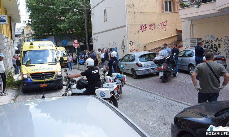 A man with an ax attacked employees inside a tax office in Kozani 7