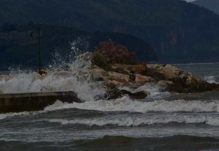 Cyclone Ianos: Anchored boat crashes into rocks in Ithaca