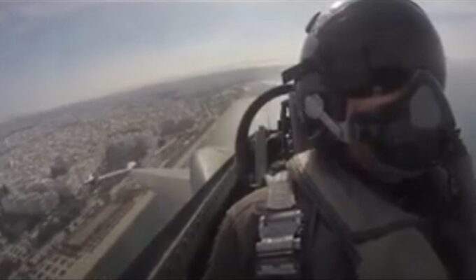 Air Force pilot lifts the spirits of all Greeks with a moving message from the sky on Oxi Day (VIDEO) 1
