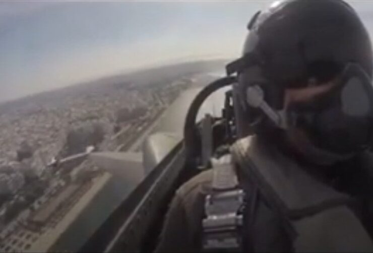Air Force pilot lifts the spirits of all Greeks with a moving message from the sky on Oxi Day (VIDEO) 4