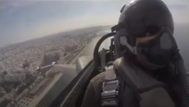 Air Force pilot lifts the spirits of all Greeks with a moving message from the sky on Oxi Day (VIDEO)